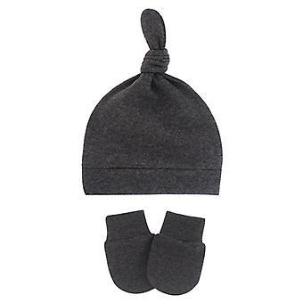 Vastasyntynyt vauvan hattu hanskoilla