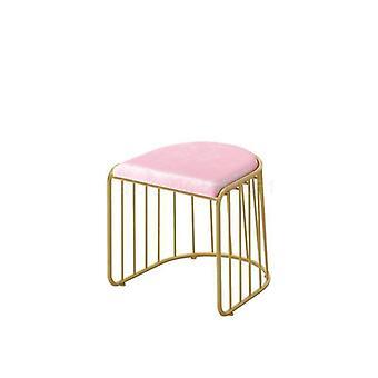 Eenvoudige mesh rode kruk en stoelen