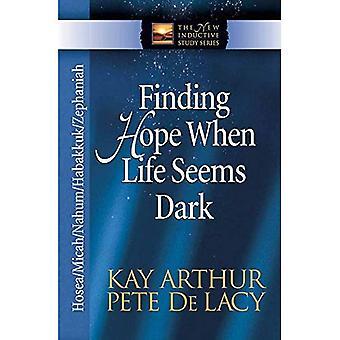 Löytää toivoa, kun elämä tuntuu tumma: Hoosea/Miika/Jarno/Habakuk/Sefanja (uusi induktiivinen tutkimus) (uusi induktiivinen tutkimus)