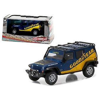 2016 Jeep Wrangler Unlimited Good Year with Roof Rack, Fender Flares, and Winch With Display Showcase 1/43 Diecast Model Car par Greenlight