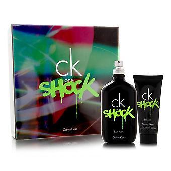 CK One Shock av Calvin Klein för män 2 Piece Setet innehåller: 6,7 oz Eau de Toilette Spray + 3,4 oz duschkräm