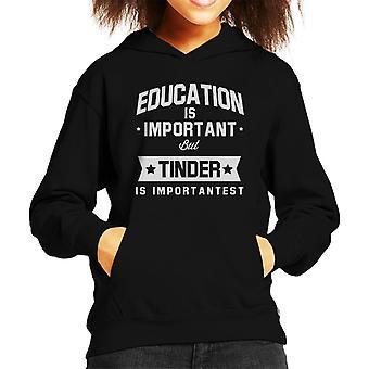 Bildung ist wichtig aber Zunder ist wichtigst Kid Sweatshirt mit Kapuze