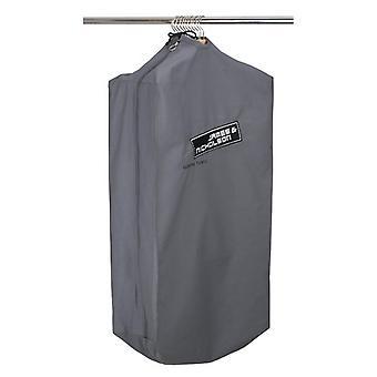 جيمس وحقيبة الملابس نيكلسون