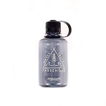 Pasażer spada butelka wody