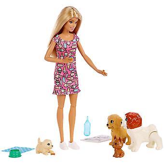 Barbie® Doggy Daycare Doll, Blonde och Pets Lekset med 4 hundar