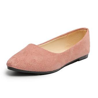 سيدة عارضة قطيع الشقق الأحذية، وأشار إلى زلة إلى القدمين على أحذية القوارب، أحذية الكعب المنخفض