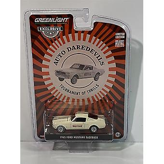 1965 Ford Mustang Fastback Auto Dare Devills 1:64 Масштаб Зеленый свет 30265
