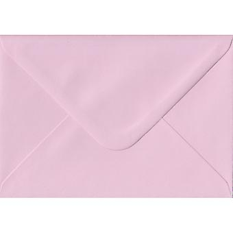 Babyrosa gummiert farbig rosa Umschläge C6/A6. 100gsm FSC nachhaltigen Papier. 114 mm x 162 mm. Banker Stil Umschlag.