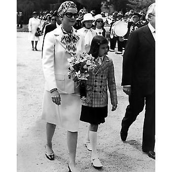 Grace Kelly ja tytär prinsessa Stephanien kävely ulkona valokuvatulostus