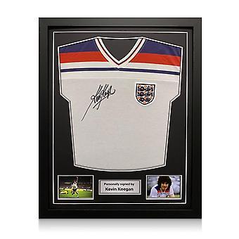 Kevin Keegan firmó la camiseta de Inglaterra en 1982. Marco estándar