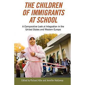 ジェニファー・ホールダウェイ・リチャード・アルバの学校での移民の子供たち