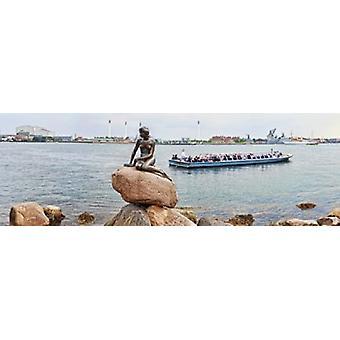 Маленькая статуя русалки с tourboat в канале Копенгаген Дания Плакат Печать