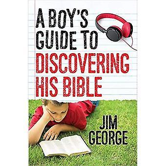 Een jongen gids aan het ontdekken zijn Bijbel