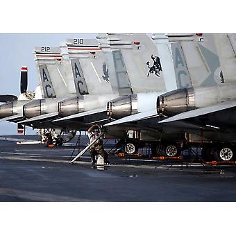 Ein Techniker führt Wartungsarbeiten an Endhaken ein FA-18A Hornet Poster Print von Stocktrek Bilder