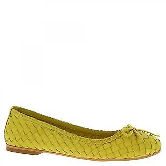 ليوناردو أحذية النساء & أبوس؛ق اليدوية زلة على شقق الباليه في الجلد الأصفر المنسوجة