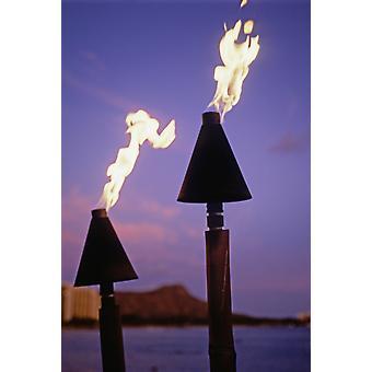 Oahu Hawaii Waikiki Torches de Tiki brûlent au coucher du soleil avec Diamond Head en fond PosterPrint