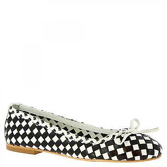 ليوناردو أحذية النساء & أبوس؛ق اليدوية زلة على شقق الباليه الأسود الأبيض المنسوجة الجلود