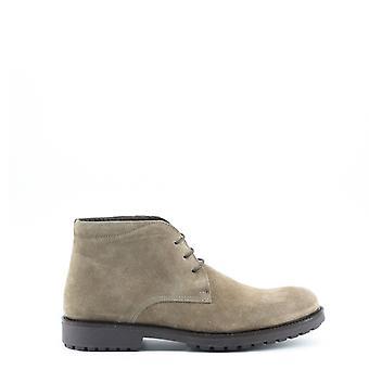 Man laced shoes mi68343
