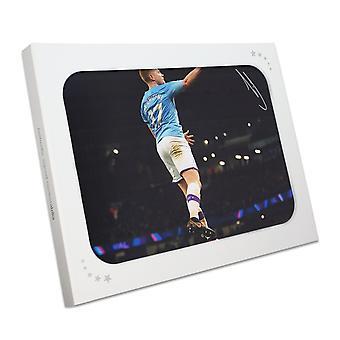 Kevin De Bruyne ha firmato la foto del Manchester City. Confezione regalo