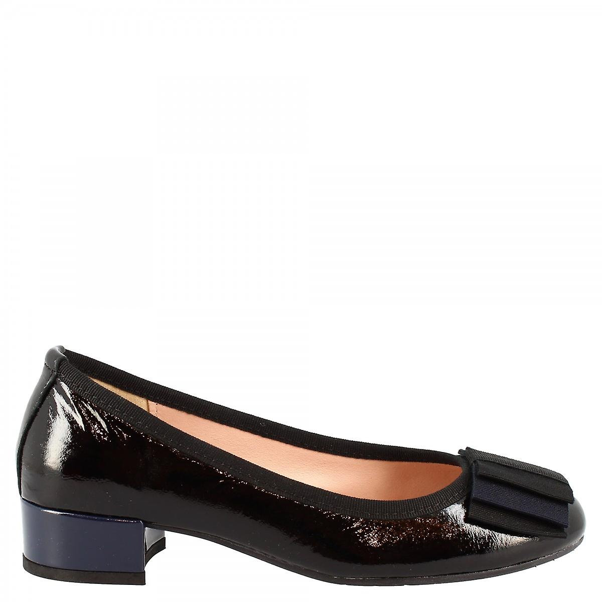 Women's handmade low heels pumps shoes in black laminated leather with bow