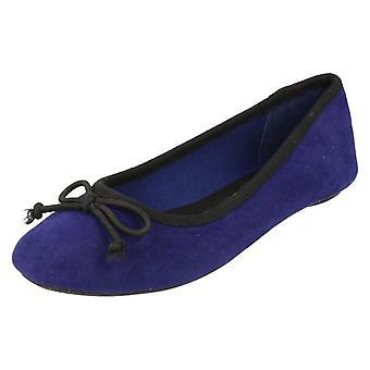 Miejscu dziewczyny na baleriny buty / łuk wykończenia