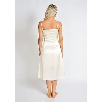 O rochie de alunecare din satin pearl