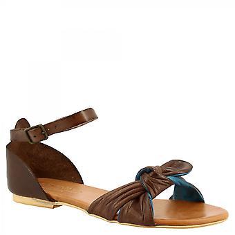 ليوناردو أحذية المرأة & apos الصنادل المسطحة المصنوعة يدويا في جلد الماعز الأزرق براندي مع حزام الكاحل