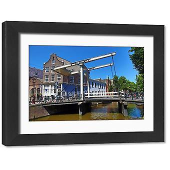 Staalmeestersbrug trekt brug over het Groenburgwalkanaal in Amsterdam. Groot ingelijst.