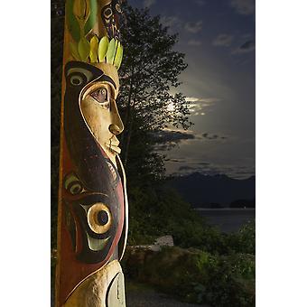 Suuri toteemipaalu kännissä yöllä Sitka National Historic Park kuu ja pilvien taustalla Sitka Alaska Yhdysvallat PosterPrint