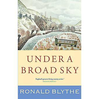 Under en bred himmel av Ronald Blythe - 9781848254749 Bok