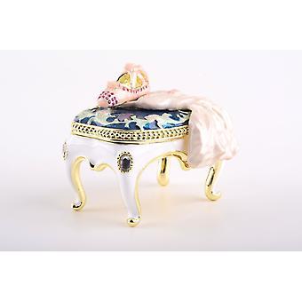 Valkoinen vintage tuoli-hely laatikko