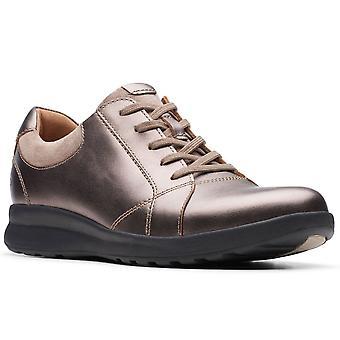 كلاركس أون تزين الدانتيل النساء واسعة تناسب أحذية رياضية عارضة