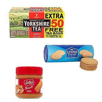 Yorkshire Kit gemaakt van 3 producten | 1 x Yorkshire Tea Original Red Label 210 Theezakjes 656g, 1 x Lyons Rich Tea Biscuits 300g, 1 x Lotus Biscoff Caramelised Spread 200g