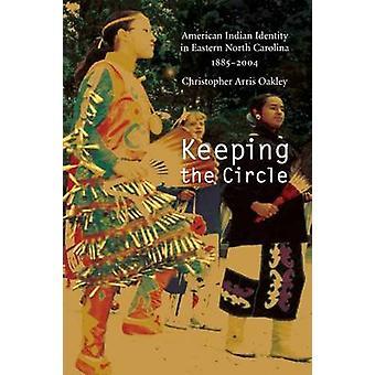 At holde cirkel indiansk identitet i østlige North Carolina 18852004 af Oakley & Christopher Arris