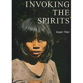 Vetoamalla henget: kenttätyö aineellista ja hengellistä elämää metsästäjä-keräilijät Mlabri Pohjois-Thaimaassa
