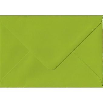 Verse groene gegomd wenskaart gekleurde groene enveloppen. 100gsm FSC duurzaam papier. 125 mm x 175 mm. bankier stijl envelop.