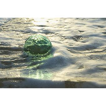 Una sfera di vetro di pesca galleggia In acque poco profonde riflessioni luminose PosterPrint