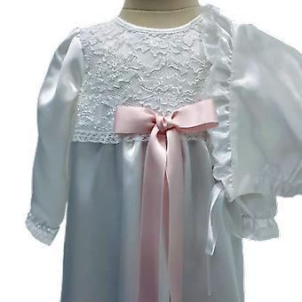 白色洗礼礼服和邦纳特,与宽粉色罗塞特马夫