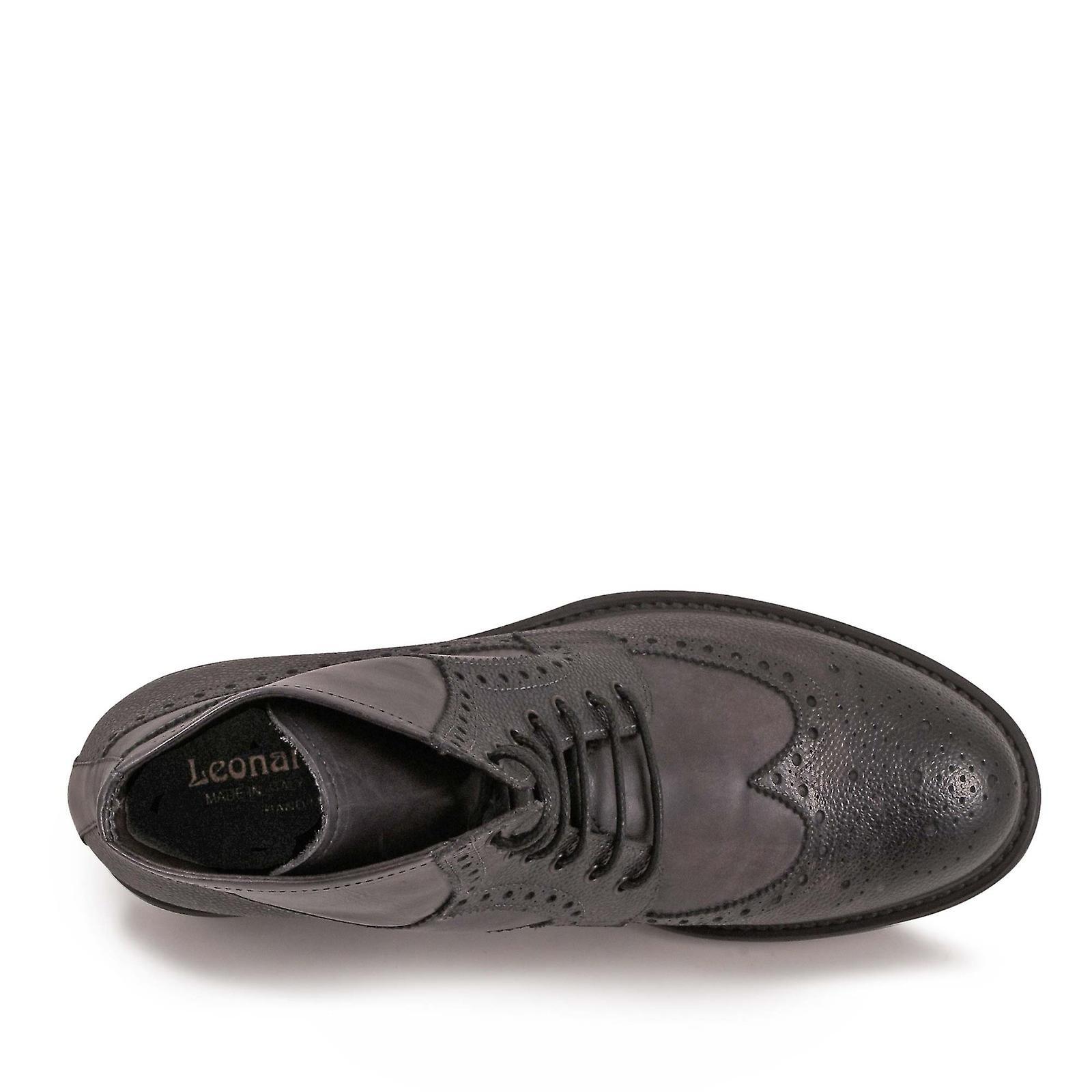 La main lacets lacets bottines couleur grise
