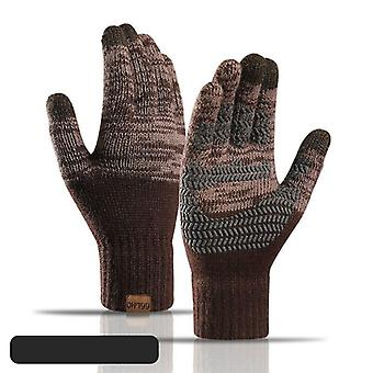 Naisten lämmin lapanen ulkona ajamassa kylmänkestävää käsine