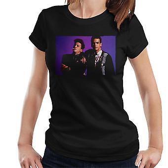 Weird Science Ian och Max Purple Bakgrund Kvinnor' s T-shirt