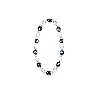 Lång kvinna i svart Crystal halsband och silverfat