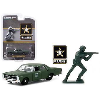 1967 Ford Custom U.S. Army with U.S. Army Soldier Figure 1/64 Diecast Model Car par Greenlight