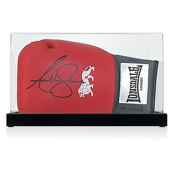 Anthony Joshua unterzeichnet rote Boxhandschuh In Vitrine