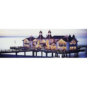 Seebrücke, leuchtet in der Abenddämmerung Sellin Insel Rügen Deutschland Poster drucken