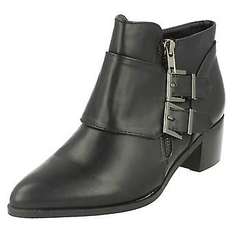 Mancha de senhoras no detalhe fivela meados calcanhar tornozelo botas