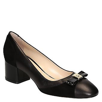 Black leather mid-heel pumps with bow on toe