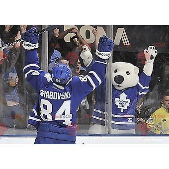 Eisbär-Maskottchen REDBROKOLY.COM im Eishockey-Outfit
