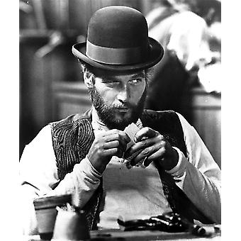 Paul Newman in The Life and Times of Judge Roy Bean spielen Karten Photo Print