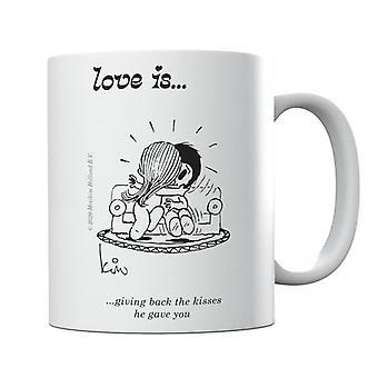 El amor está devolviendo los besos que te dio taza